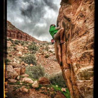 Awesome day out #bouldering with @laudahl who grabbed this photo--we beat the rain by enough time to get in a good session and some laps on this particular problem that I finally sent the other day after years of backing off the spicy moves up high. My hand is feeling good and my #diabetes is doing nothing. Just hanging out with me while I #climb. | Text & photo with permission from Team LivingVertical |